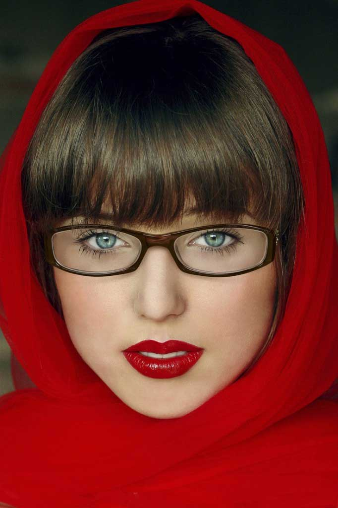 woman-glasses-bold-lipstick