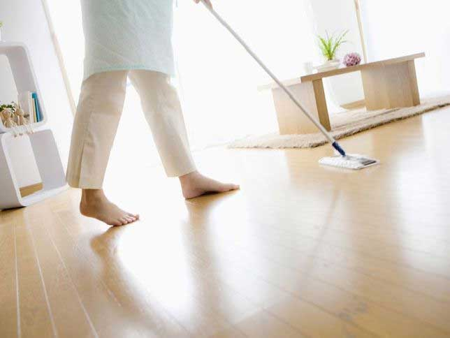 Cleanning floor with spinning mop
